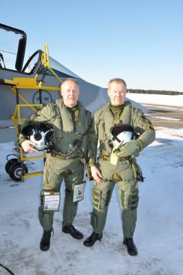 Författaren, generalmajor Berndt Grundevik, t h efter en flygtur med Jas 39 Gripen fört av chefen F 21 överste Carl Johan Edström. Foto: Jan Jönsson/Försvarsmakten.