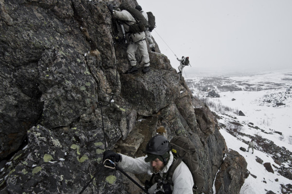 Soldat och officersyrket är inte vilket jobb som helst. Utövarna ska klara jobbet också i farliga situationer. Det är det grundläggande skälet till attdom är anställda. Foto: Jimmy Croona, Försvarsmakten.