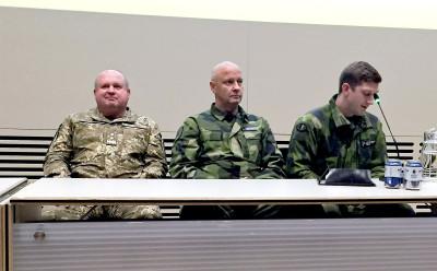 Den Ukrainske arméchefen generallöjtnant Serhiy Popko t v och hans svenske kollega generalmajor Karl Engelbrektsson i mitten. Foto: Björn Anderson