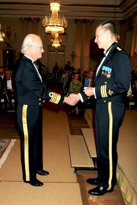 HMK Carl XVI Gustaf överräcker Akademiens belöningsmedalj till överstelöjtnant Anders Segerby.