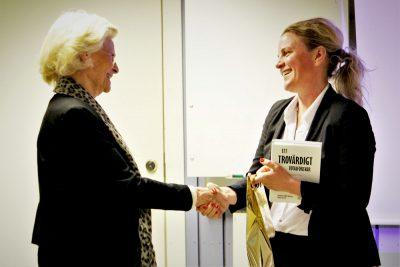 """Socialstyrelsens krisberedskapschef och tillika t.f. stabschef Johanna Sandwall tackas för besökt med ett exemplar av akademiens skrift """"Ett trovärdigt totalförsvar"""" Foto: David Bergman"""