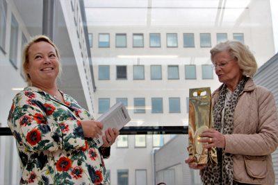 Södersjukhusets beredskapssamordnare Ellinor Linde Blidegård tackas för rundturen i bergrummet. Foto: David Bergman.