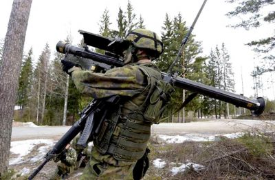 Finsk soldat med Stinger: https://en.wikipedia.org/wiki/FIM-92_Stinger.