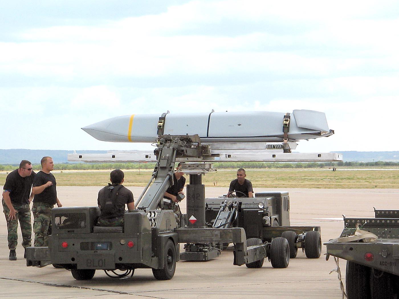 Sverige behöver ett långräckviddigt konventionellt missilsystem där ett exempel på vad som avses är det amerikanska luft till marksystemet JASSM som bl a Finland anskaffat. Foto: US Air Force.