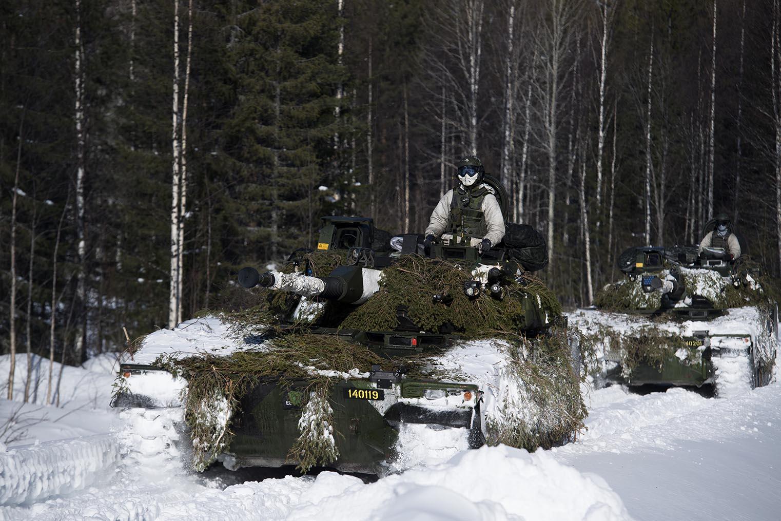 Moderna förband drar mycket höga kostnader med konsekvenserna att de blir färre och slagfältet glesare. Foto: Försvarsmakten.